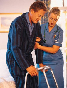 sestra podopiera pacienta