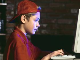 Chlapec pracuje v noci na počítači